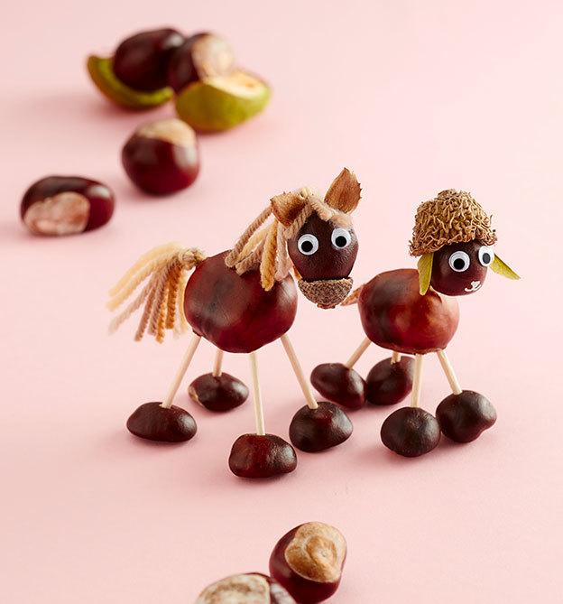 Basteln im herbst mit Kindern und Kastanien zum Beispiel als Pferd